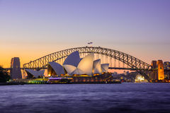 Por do sol icônico de Sydney Opera House e da ponte, Austrália Foto de Stock