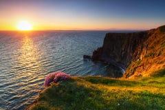 Por do sol idílico em penhascos irlandeses de Moher Imagem de Stock Royalty Free