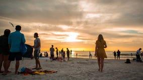Por do sol impetuoso bonito na praia ocupada florida do clearwater imagem de stock royalty free