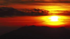 Por do sol impetuoso do lapso de tempo do pico de montanha em uma noite nebulosa Por do sol no parque Montanhas de Orobie Cumes i filme