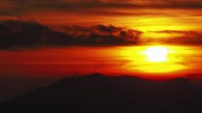 Por do sol impetuoso do lapso de tempo do pico de montanha em uma noite nebulosa Por do sol no parque Montanhas de Orobie Cumes i video estoque