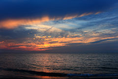 Por do sol impetuoso do oceano Imagem de Stock Royalty Free
