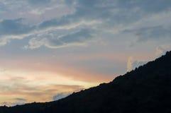 Por do sol impressionante alto nas montanhas Foto de Stock