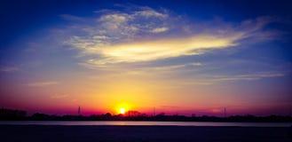 Por do sol impressionante brilhante no rio de Kuban! imagens de stock royalty free