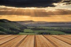 Por do sol impressionante do verão através da paisagem do campo com dramati Imagens de Stock