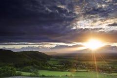 Por do sol impressionante do verão sobre a paisagem do campo fotografia de stock