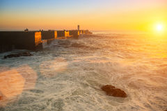 Por do sol impressionante na costa imagem de stock royalty free
