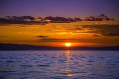 Por do sol impressionante sobre o mar Fotos de Stock Royalty Free