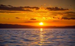 Por do sol impressionante sobre o mar Imagens de Stock