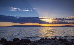 Por do sol impressionante sobre o mar Fotografia de Stock