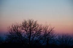 Por do sol incrível, bonito, brilhante sobre a cidade Inclinação, o núcleo do sol fotografia de stock