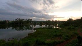 Por do sol incrível sobre o lago vídeos de arquivo