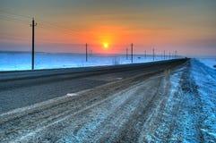 Por do sol do inverno em uma estrada secundária imagem de stock royalty free