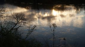 Por do sol do inverno que reflete no rio de Waikato em Ngaruawahia fotografia de stock royalty free