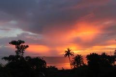 Por do sol laranja-vermelho tropical do oceano Fotografia de Stock Royalty Free