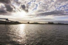 Por do sol do leste do flutuador de Birkenhead imagens de stock