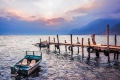 Por do sol lindo no lago Atitlan, Guatemala Fotos de Stock Royalty Free