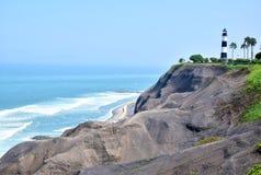 Por do sol, litoral e Oceano Pacífico no sul de Lima foto de stock
