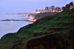 Por do sol, litoral e Oceano Pacífico no sul de Lima imagem de stock royalty free