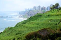 Por do sol, litoral e Oceano Pacífico no sul de Lima fotografia de stock