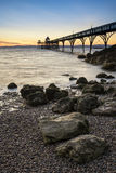 Por do sol longo bonito da exposição sobre o oceano com silhueta do cais Imagens de Stock Royalty Free
