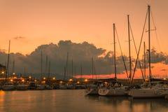 Por do sol longo da exposição sobre barcos velhos heraklion do porto foto de stock