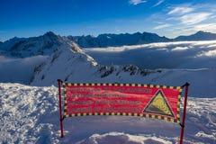 Por do sol mágico acima das nuvens, & x28; texto de seguimento: Pericolo di Valanc fotos de stock royalty free