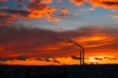 Por do sol mágico colorido Telhados de casas da cidade durante o nascer do sol imagem de stock royalty free
