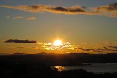 Por do sol místico com cúmulo acima de uma paisagem Fotografia de Stock Royalty Free
