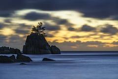 Por do sol místico sobre a rocha com única árvore seychelles 5 fotos de stock