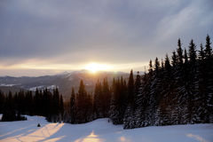 Por do sol majestoso na paisagem das montanhas Céu dramático Carpathian, Ucrânia, Europa Fotos de Stock Royalty Free