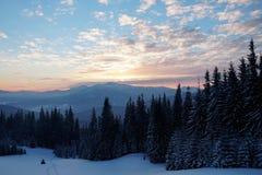 Por do sol majestoso na paisagem das montanhas Céu dramático Carpathian, Ucrânia, Europa Foto de Stock Royalty Free