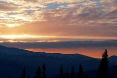 Por do sol majestoso na paisagem das montanhas Céu dramático Carpathian, Ucrânia, Europa Imagens de Stock Royalty Free