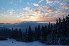 Por do sol majestoso na paisagem das montanhas Céu dramático Carpathian, Ucrânia, Europa Imagens de Stock