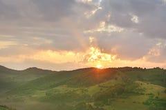Por do sol majestoso na paisagem das montanhas Céu nublado antes da tempestade Carpathian, Romênia, Europa Fotos de Stock