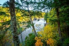 Por do sol Marquette Falls Peeking Through Forest imagem de stock royalty free
