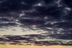 Por do sol multicolorido surpreendente fantástico, mas real com as nuvens vibrantes de incandescência no céu colorido dramático I foto de stock
