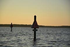 Por do sol na água Fotos de Stock Royalty Free