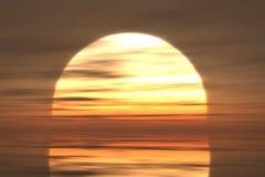 Por do sol na água calma Imagem de Stock