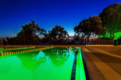 Por do sol na área da piscina com árvores Fotografia de Stock Royalty Free