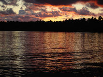 Por do sol na área de região selvagem do kanoe do St. Regis, NY foto de stock