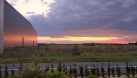 Por do sol na área industrial fotografia de stock