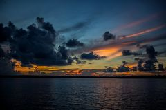 Por do sol na âncora nos marismas de Florida imagens de stock