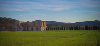Por do sol na abadia de San Galgano, Toscânia Fotografia de Stock Royalty Free