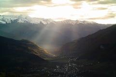 Por do sol na aldeia da montanha Fotografia de Stock
