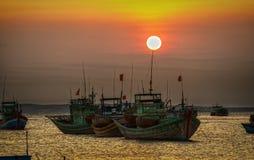 Por do sol na aldeia piscatória do porto de Binh Thuan Fotografia de Stock Royalty Free