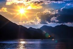 Por do sol na baía de Boka Kotorska, Kotor, Montenegro fotografia de stock