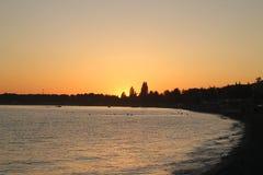 Por do sol na baía de Pitsunda Foto de Stock