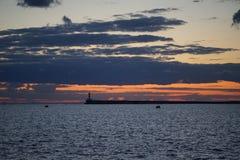 Por do sol na baía do mar Imagem de Stock