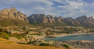 Por do sol na baía dos acampamentos, África do Sul foto de stock
